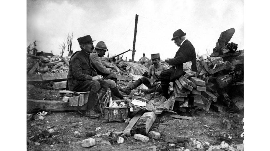 dissertation sur la guerre 14-18 Lors de la première guerre mondiale, les chars d'assaut furent les premiers véhicules blindés à faire leur apparition sur les champs de bataille inspirés des tracteurs américains dotés de chenilles, ces « navires terrestres », comme ils étaient surnommés, avaient le soutien total de winston churchill.