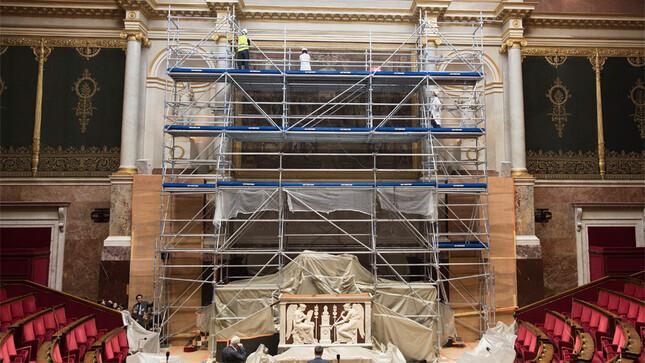 """Travaux dans la salle des séances - Dépose et restauration de la tapisserie de la manufacture des Gobelins """"L'Ecole d'Athènes"""""""