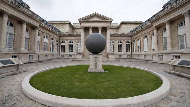 Cour d'honneur - Péristyle et boule